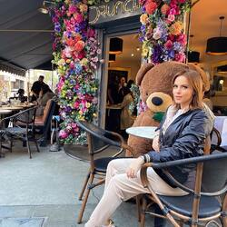 Lovely Floral Design at Drunch 🌸  #lovebuchetino #lovelyflowers #drunch #mayfair #london #poenies #flowerstagram #floral #flowermix #floraldesign #teddybear #datewithteddy #newbeginnings #drunchmayfair #florist #floralart #floraldecoration #caramel #rosesbouquet #flowersinlondon #luxuryflowerboxes #londonflorist #uk #flowerarrangement #morningslikethis #ukdailyofficial #druncheatery #flowerstagram #flowersmakemehappy #londonfood #londonlifestyle