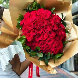 The power of love in a bouquet of red roses given by love❤️  Delivery flowers 24h Order🌐: www.buchetino.ro Call ☎️: 0720701701 Shop🏠: B-dul Mircea Voda 34, Bucuresti Shop🏠: B-dul Mamaia 62; Constanta ______ ______  #luxuryboquets #luxuryflowerboxes #flowerdelivery #luxurygifts #weddinggift #livramzambete #inimadintrandafiri #cutiicutrandafiri #onlineflowershop #floweroftheday #101trandafiri #loveroses #flowerdecorations #101roses #buchetinoconstanta #happylife #flowerinstagram #flowertalking #buchetinodesign #trandafiricriogenati #101redroses #roses #luxuryroses #redroses #buchetino  #queenofluxuryflowers