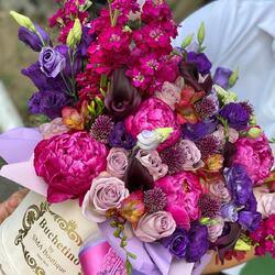 The joy of giving flowers to a loved one. June colors in a bouquet full of perfume💜💚  Order🌐: www.buchetino.ro Call ☎️: 0720701701 Shop🏠: B-dul Mircea Voda 34, Bucuresti Shop🏠: B-dul Mamaia 62; Constanta ——— ———  #livramflori #giftideas #luxuryflowersboxes #deliveryflowers #heartroses #boquete #luxurygifts #luxuryflorist #naturalflowers #buchetino #luxuryflowersboutique #boutiquegiftshop #buchetinodesign #boutiquegiftshop #cadouridelux #cutiicuflori #queenofluxuryflowers #june #summervibes #summercolors
