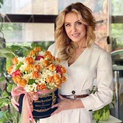 Her smile matters. You can make her smile every day, send her flowers from Buchetino🤍 @zenovia_zeno