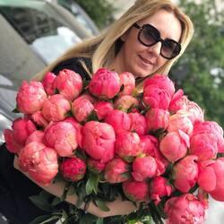 We are waiting for you with arms full of peonies🌸  Order🌐: www.buchetino.ro Call ☎️: 0720701701 Shop🏠: B-dul Mircea Voda 34, Bucuresti Shop🏠: B-dul Mamaia 62; Constanta ——— ———  #livramflori #giftideas #luxuryflowersboxes #deliveryflowers #heartroses #boquete #luxurygifts #luxuryflorist #naturalflowers #buchetino #luxuryflowersboutique #boutiquegiftshop #buchetinodesign #boutiquegiftshop #cadouridelux #cutiicuflori #florideprimavara #queenofluxuryflowers #poeny #poenyseason