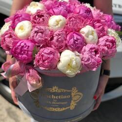 The scent of peonies will welcome you in May at Buchetino, the queen of luxury flowers 🌸🤍  Order🌐: www.buchetino.ro Call ☎️: 0720701701 Shop🏠: B-dul Mircea Voda 34, Bucuresti Shop🏠: B-dul Mamaia 62; Constanta ——— ———  #livramflori #giftideas #luxuryflowersboxes #deliveryflowers #heartroses #boquete #luxurygifts #luxuryflorist #naturalflowers #buchetino #luxuryflowersboutique #boutiquegiftshop #buchetinodesign #boutiquegiftshop #cadouridelux #cutiicuflori #florideprimavara #queenofluxuryflowers #poeny #poenyseason #weddingbouquet