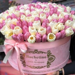 In contrast to the weather outside, it offers a huge bouquet of Buchetino tulips🌷